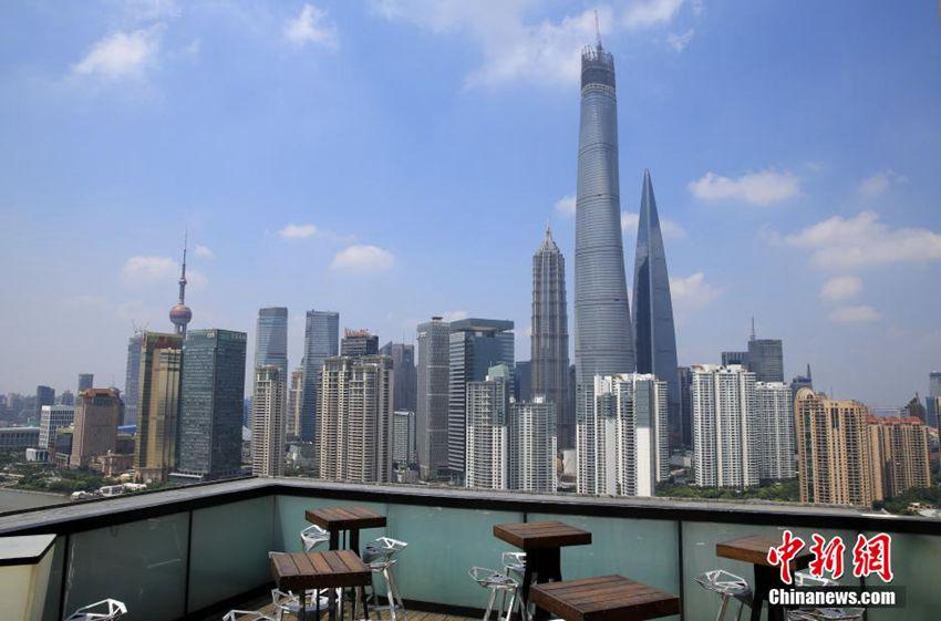 6年近くの時間を費やし、上海で建設中の高層ビル上海センタービルが3日、最上部の工事が完了し、高さ632メートルに達して上海で一番高い建物となった。