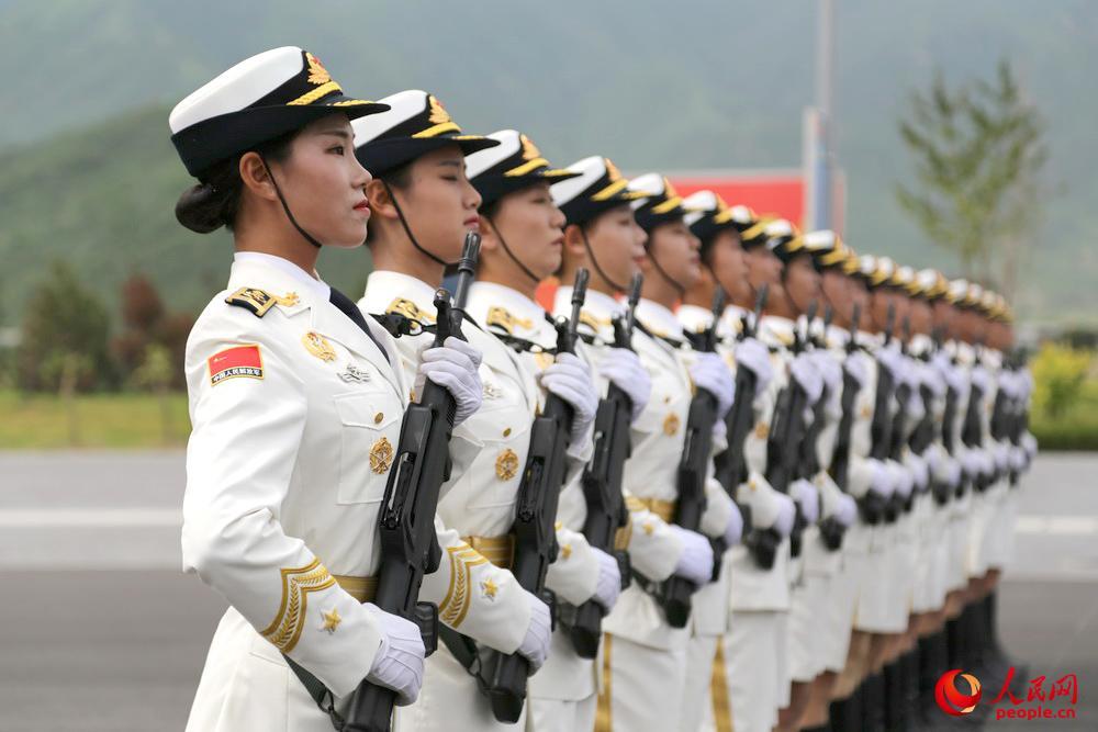 軍事パレード参加の女性兵士は平均身長178センチ関連記事图片列表