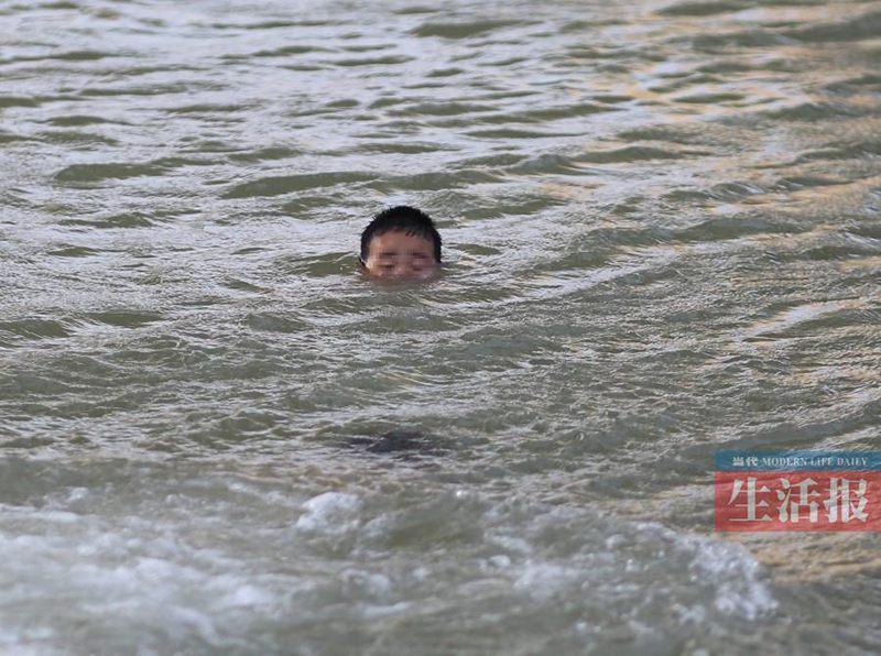 水難事故に遭遇、勇敢な若者が溺...