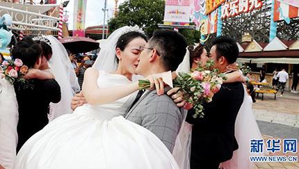 結婚生活もスリル満点に?上海ハッピーバレーで合同結婚式