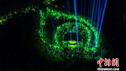 約千人の市民が紫禁山で「蛍光ラン」イベントに参加